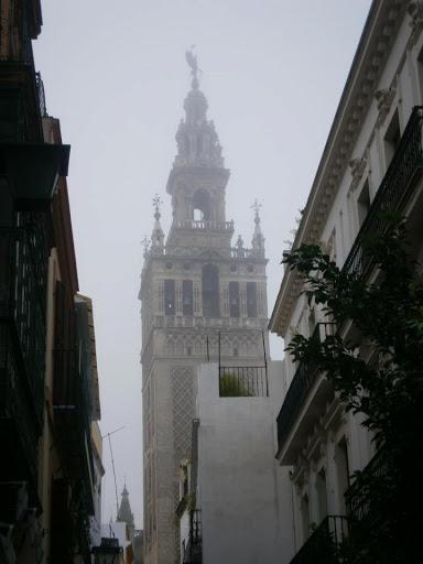 La Giralda entre la niebla, la magia de una mañana paseando por Sevilla