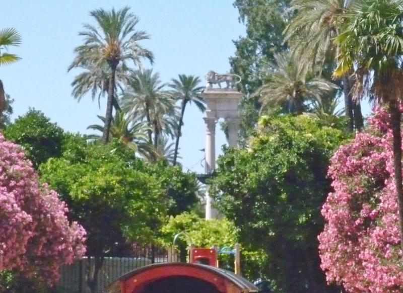 Jardines de Catalina de Ribera con el monumento a Colón